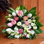Tavaszi menyasszonyi csokor tulipánnal és boglárkával