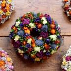 Bukszus koszorú színes virágokkal