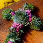 Mohakereszt kövirózsával és rózsaszín virágokkal