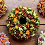 Húsvéti kopogtató narancssárga virágokkal