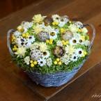 Húsvéti tojásos asztaldísz kosárban