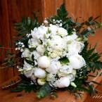 Fehér tavaszi menyasszonyi csokor bazsarózsával
