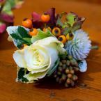 Őszi vőlegény kitűző hortenziával és bogyókkal