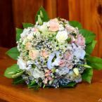 Pasztell rózsás menyasszonyi csokor