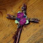 Vesszőkereszt szárított rózsával és bogyókkal