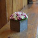 Tavaszi asztaldísz fadobozban, rózsaszín virágokkal