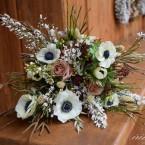 Tavaszi menyasszonyi csokor szellőrózsával és hunyorral