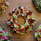 Sóvirág koszorú csipkebogyóval, narancssárga virágokkal