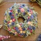 Zab koszorú kék és rózsaszín virágokkal