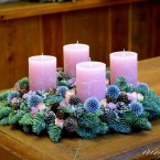 Adventi koszorú rózsaszín gyertyával és szamárkenyérrel