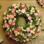 Rózsaszín tojásos húsvéti bukszus koszorú