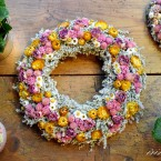 Sóvirág koszorú sárga és rózsaszín virágokkal