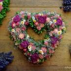 Bukszus-fátyolvirág szív rózsaszín virágokkal