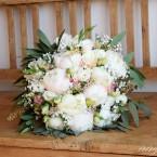 Púder menyasszonyi csokor pünkösdi rózsával