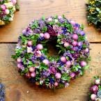 Bukszus koszorú lila virágokkal