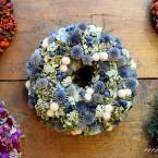 Hortenzia koszorú kék és fehér virágokkal