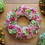 Sóvirág koszorú hortenziával és rózsaszín virágokkal