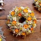 Zab koszorú sárga virágokkal