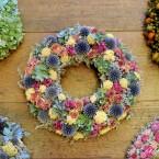 Sóvirág koszorú hortenziával, szamárkenyérrel és rózsával
